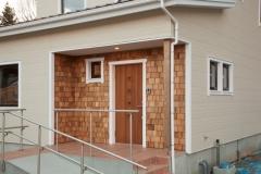 木の外壁の玄関