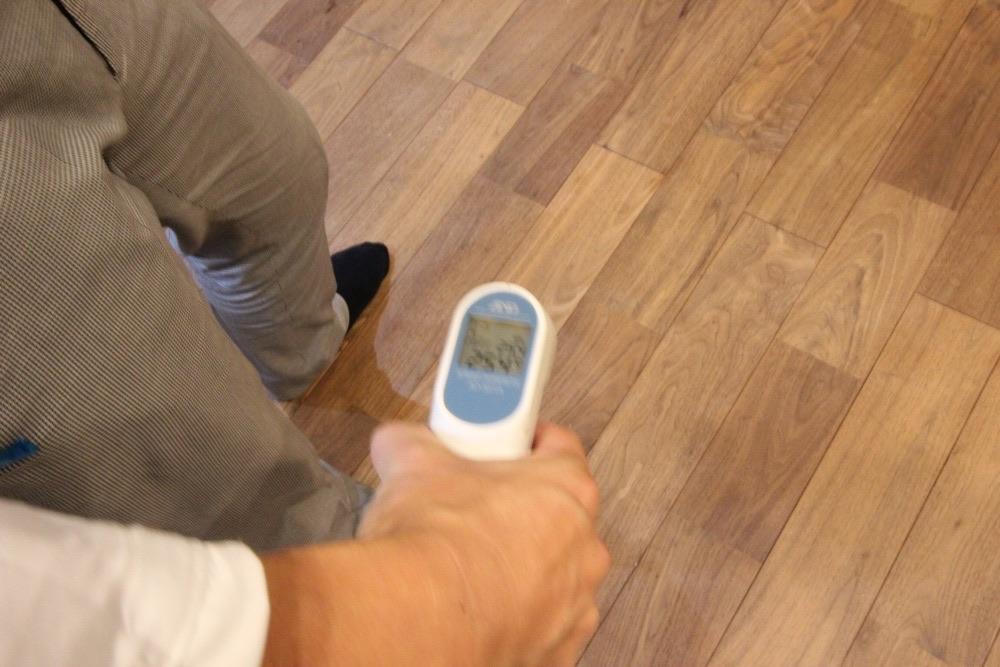 夏の家の中の温度  床の温度25.4℃