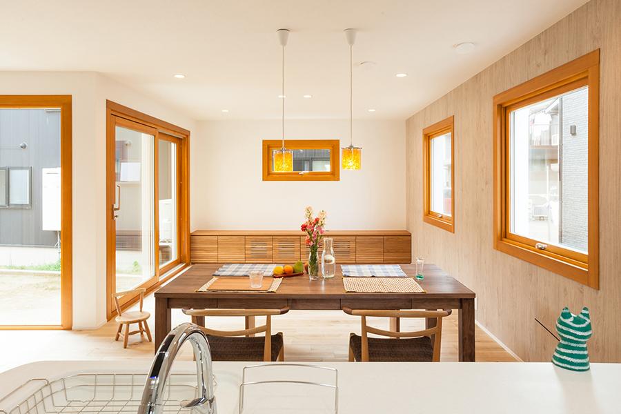 自然素材を楽しみ快適なエコライフを楽しむ、エアコン1台で家じゅう冷暖房で一年中健康で快適、オシャレな大きな窓、家族が明るく快適に子育てしやすいLDKを心がけています。