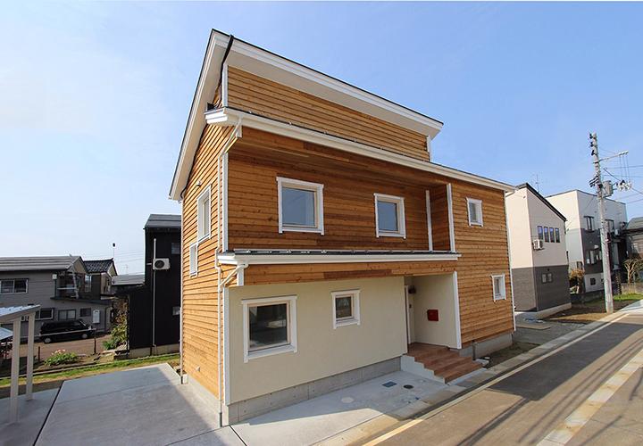 自然素材を楽しみ快適なエコライフを楽しむ、エアコン1台で家じゅう冷暖房、オシャレな木の外壁と木製トリプルサッシを使用、住宅性能とデザインの両立に取り組んでいますエコ住宅でカッコイイ外観の家を目指しています。