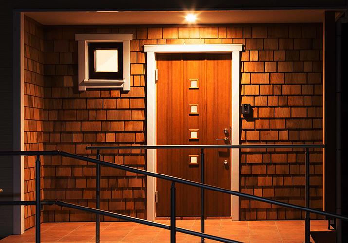 玄関にワンポイントアクセントで北欧調のオシャレな木性の外壁材シダーシングルを使い。玄関ドアも本物のチーク材のスウェーデンドアを使いました。