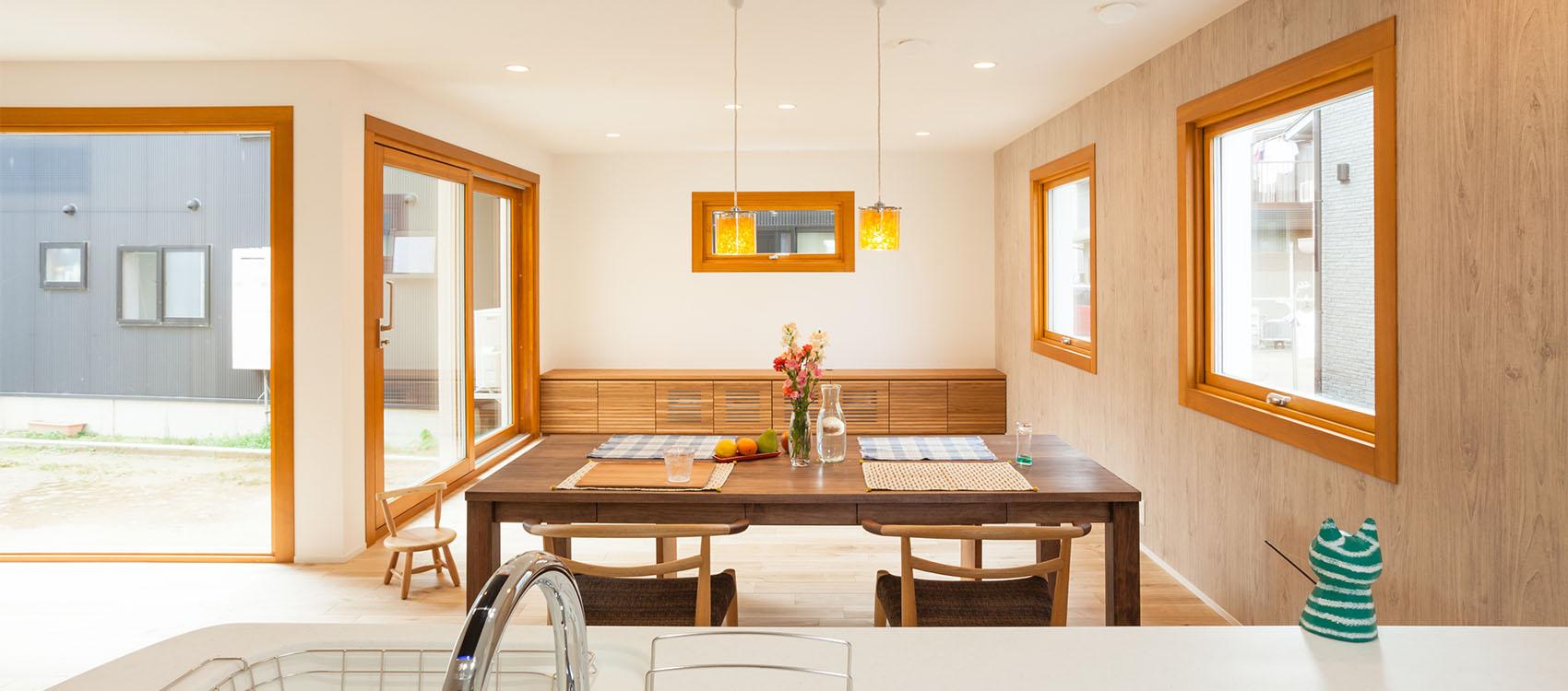 新潟県長岡市の注文住宅・新築・注文住宅・デザイン住宅なら・身体と環境に優しい健康住宅を建てる加藤建築。全棟小さなエアコン1台の冷暖房で1年中快適に過ごせる、夢のような家づくりを実現しています。一年中快適で健康、オシャレな大きな窓、家族が明るく快適に子育てしやすい住宅を心がけています。